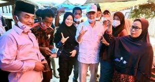 Calon Gubernur Sumatra Barat, Nasrul Abit, menyapa pedagang Pasar Baru Lakitan, Kambang, Kabupaten Pesisir Selatan, Sabtu 14 November 2020.