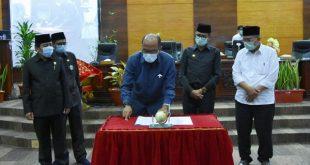 Ketua DPRD Sumbar Suparadi bersama Gubernur Sumbar Irwan Prayitno dan pimpinan DPRD tandatangani APBD 2021