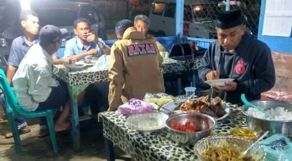 Calon Bupati Agam, H. Taslim Dt Tambogo dan rombongan menikmati jamuan ikan bakar warga Simpang Tembok Lubuk Basung