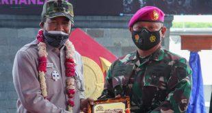 Wakil Ketua DPD RI, Nono Sampono saat mengunjungi Markas Batalyon Marinir Pertahanan Pangkalan TNI I Belawan, Sumatera Utara