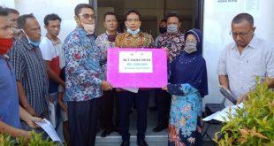 Wali Nagari Sungai Aua Erwin Lubis menyerahkan BLT yang bersumber dari Dana Desa 2020 kepada warga penerima manfaat