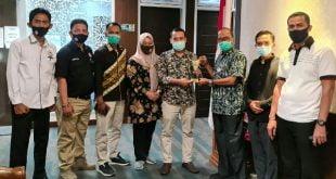 Penyerahan Penghargaan pada HM Nurnas sebagai Tokoh Inspiratif oleh KPID Sumbar