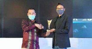 Ketua KPID Sumatera Barat Afriendi Sikumbang serahkan tropi pada Program Penyiaran Berita Terbaik