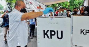 Ketua DPD RI AA LaNyalla Mahmud Mattalitti menyalurkan hak suarannya di Pilkada Surabaya