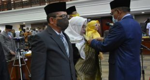 Ketua DPRD Sumbar Supardi memasang PIN pada Anggota PAW