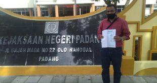 Ketua LSM Aliansi Warga Anti Korupsi ( AWAK) Defrianto Tanius, memperlihatkan laporan di depan Kantor Kejari Padang Jalan Gajah Mada no 22 Kecamatan Nanggalo. Kota Padang Rabu (2/12/2020)