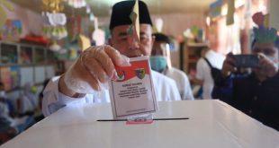 Nasrul Abit saat menggunakan hak pilihnya