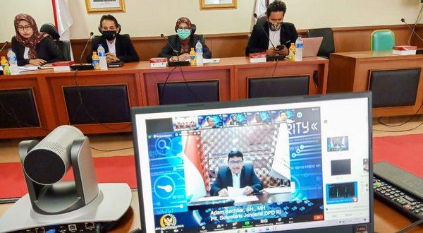 Plt. Sekjen DPD RI, Adam Bachtiar saat memberikan sambutan pada kegiatan Webinar yang diselenggarakan oleh Biro Sistem Informasi dan dokumentasi DPD RI