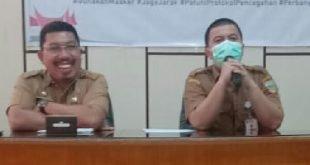 Kepala Disdukcapil Solsel Efi Yandri saat konferensi pers