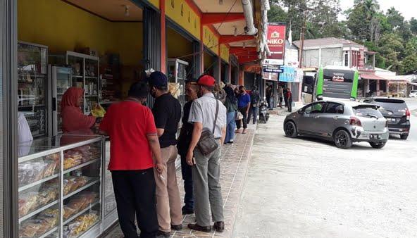 Pertokoan milik warga menjual aneka makanan khas Kerinci di tepi jalan Kerinci-Solok Selatan
