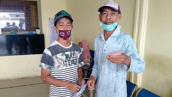 Salah seorang warga Desa Baru setelah mencairkan dana BLT di Bank Nagari terdekat