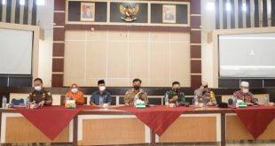 Bupati Dharmasraya, Sutan Riska Tuanku Kerajaan memimpin Rapat Evaluasi Penanganan Covid-19 Tahun 2021
