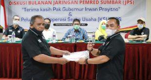 penyerahan persyaratan sebagai anggota koperasi oleh Adrian Tuswandi pada Ketua KSU JPS, Saribulih.