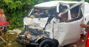 kondisi minibus grand max akibat laga kambing dengan truk