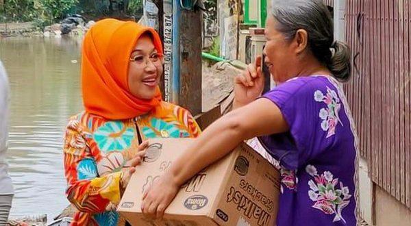 Sylviana Murni saat menyerahkan bantuan