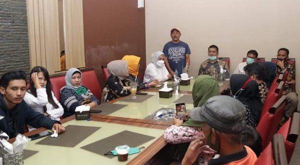 Bupati H. Zuldafri Darma saat silaturahmi bersama Ikatan Keluarga Nagari Buo Pekanbaru (IKNBP) di sebuah restoran di Kota Pekanbaru