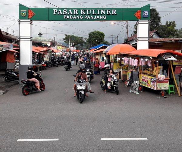 Pasar Kuliner Padang Panjang, di tepi Jalan Raya Padang/Bukittinggi- Solok