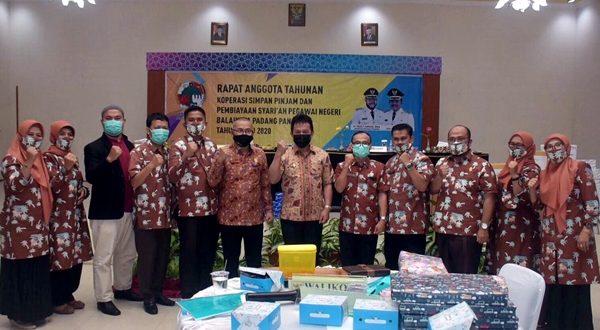 Wawako Asrul foto bersama dengan pengurus KPN Balaikota Padang Panjang pada RAT 2020 KPN itu, Kamis