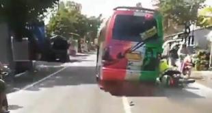 Bus sengaja menabrak polisi yang menggunakan menggunakan sepeda motor dinas jenis Trail Nopol 1528 37 X