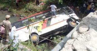 Bus Pariwisata yang membawa rombongan Kepala OPD Agam terjun ke sungai