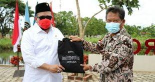 Ketua DPD RI, AA LaNyalla Mahmud Mattalitti menerima cendramata dari Unimuda