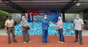 Anggota DPR RI H. Darizal Basir serahkan bantuan sembako dan modal usaha di Pesisir Selatan