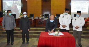Ketua DPRD Sumbar Supardi bersama Gubernur Mahyeldi menandatangani penetapan Ranperda RPJPD menjadi Perda