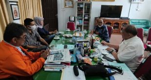 Sekretaris Komisi I DPRD Sumbar HM Nurnas dan Kadis PMD Sumbar Syafrizal Ucok bersama Pelaksana Workshop Keterbukaan Informasi Publik, (*)