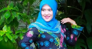 Tanti Endang Lestari dengan balutan batik korona