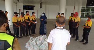 Anggota DPR RI asal Sumatera Barat II, Hj. Nevi Zurairina serahkan paket sembako pada porter BIM