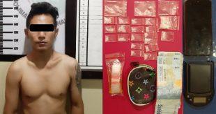 Anggota Satresnarkoba Polres Dharmasraya amankan seorang pemuda yang diduga pengedar narkoba beserta barang bukti (foto eko)