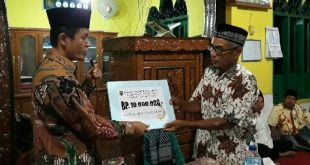 Ketua Tim pengganti Redi Susilo menyerahkan Hibah Safari Ramadhan 1442 H/2021 kepada pengurus Masjid Nurul Ihsan Nagari Palaluar Kec. Koto VII.