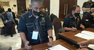 H. Taslim tanda tangani akte notaris pendirian Partai Ummat Senin 26 April 2021 di Yogyakarta. (foto: dok)