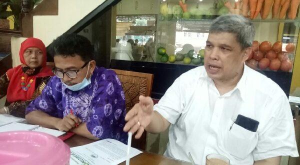 Ketua OC Mubes VI IKA Unand, Ir. Insannul Kamil, M.Eng, Ph.D, IPM, ASEAN Eng, didampingi Sekretaris OC Ilhamsyah Mirman, ST, dan panitia OC Wirdaningningsih,