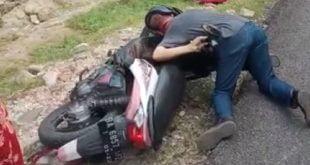 Herman korban pembunuhan yang sudah terkapar di atas kendaraannya
