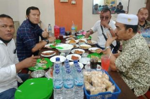 SAM Pertamina Padang, I Made Wira Pramata, Hiswanamigas, Ujang Kencana dan Ketua PWI Sumbar, H. Heranof Firdaus dalam kegiatan buka bersama