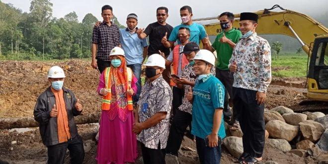 Anggota DPR RI asal Daerah Pemilihan Sumatera Barat II, Hj. Nevi Zuairina meninjau pembangunan Embung.