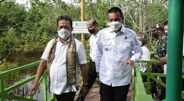 Genius bersama menteri KKP saat kunjungan kerja ke Kota Pariaman Senin lalu. Kerjaa tetap pakai Masker (foto: dok)