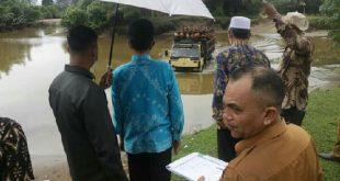 Bupati Pasaman Barat Hamsuardi saat melakukan tinjauan lapanganke lokasi yang akan dijadikan pembangunan Jalan dan Jembatan di Jorong Sikilang