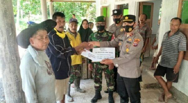 Paguyuban Sinergitas TNI - Polri asal Pariaman yang berdinas di Jabodetabek menyerahkan bantuan donasi perbaikan surau di kampung halaman,