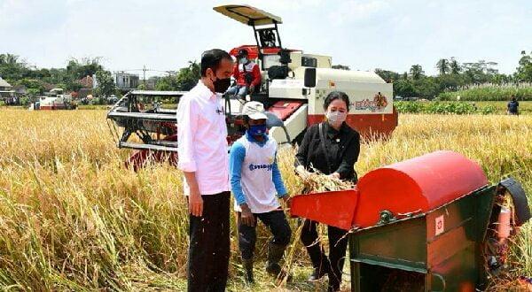 Puan Maharani bersama Jokowi saat mencoba peralatan pertanian