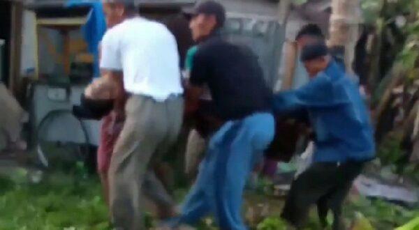 Warga menolong pasutri yang mengalami luka bakar akibat Slank kompor gas bocor
