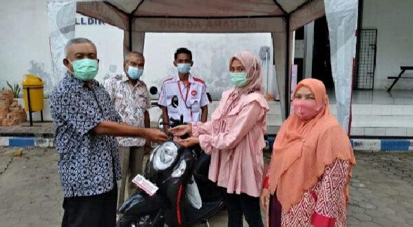 Prof Herri didampingi Ketua KPN Kopertis Wilayah X Suryani, pengurus lainnya saat penyerahan sepeda motor melalui kredit syariah
