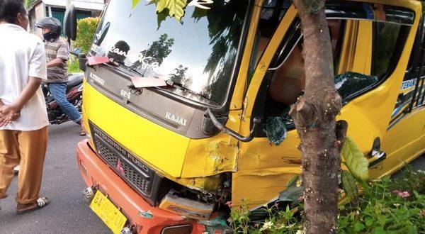 Bus Bintang Terang mengalami kerusakan akibat kecelakaan beruntun di Lubuk Basung