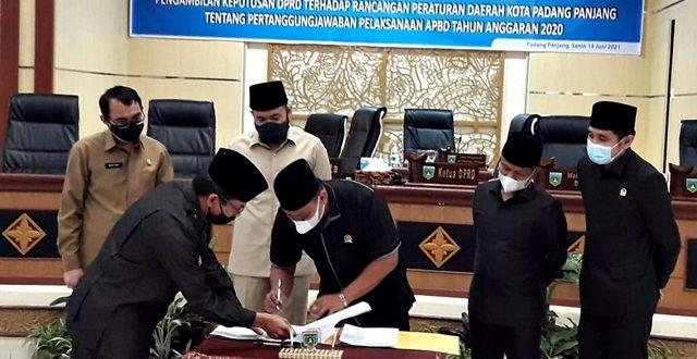 Bergiliran dari Walikota Fadly hingga Wakil Ketua DPRD Yulius Kaisar dan Imbral. Ini saat Ketua DPRD Mardiansyah menandatangani kepakatan atas Ranperda Pertanggungjawaban Pelaksanaan APBD 2020 jadi Perda di gedung DPRD, Senin (14/6).