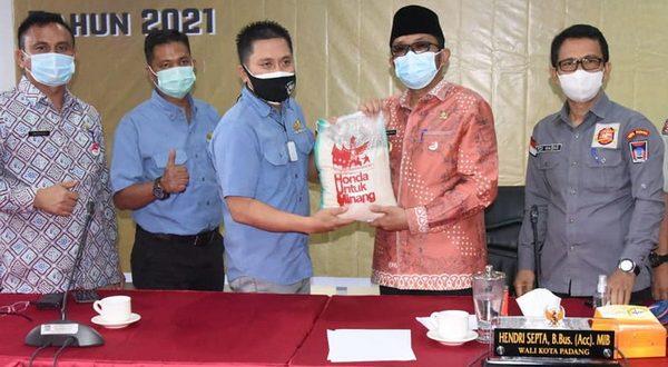 Hendri Septa saat menerima bantuan beras dari Jasa Raharja dan CV. Hayati