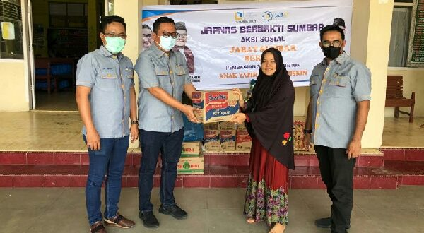 Ketua Umum JAPNAS Sumbar, Gun Sugianto didampingi pengurus lain saat penyerahan paket sembako pada salah satu panti asuhan di Kota Padang