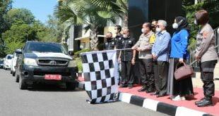 Kapolda Sumbar Irjen Pol Toni Harmanto saat melepas 1.000 Paket Sembako JPS Bhakti untuk Negeri bersama Mitra dan Tokoh Sumbar, di Mapolda Sumbar, Minggu (25/7/2021)