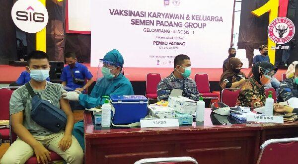 Vaksinasi Lantamal II di PT Semen Padang