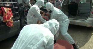Anggota Polsek Pulau Punjung saat melakukan evakuasi mayat dengan menggunakan Alat Pelindung Diri (APD).